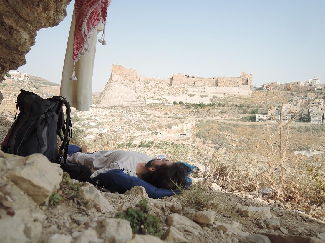 13-Nocleh na kopci u města Karak, před zadržením jordánaskou policií