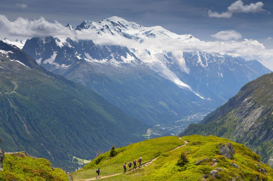 hikers-tour-de-mont-park-france