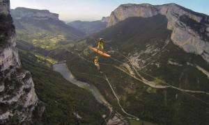 Septembre 2016, Vercors, France, les Flying Frenchies ont surfé une tyrolienne de 900 mètres de long, à 600 mètres au dessus du sol avec des parachutes dans le dos.