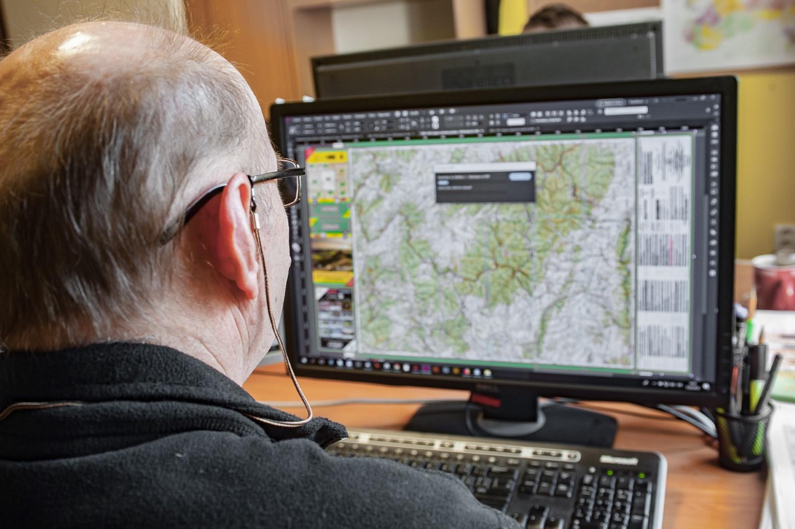 Bohuš Schwarzbacher (kartograf a redaktor) pri práci